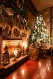 Decoração home do inverno Natal no interior do sótão contra a parede de tijolo Presentes sob a árvore fotografia de stock