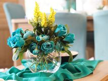 Decoração home, flores azuis no vaso na tabela fotos de stock
