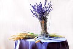 Decoração interior com alfazema em um vaso Imagem de Stock Royalty Free