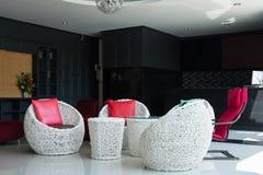 Decoração interior com cadeiras e a tabela modernas Foto de Stock Royalty Free