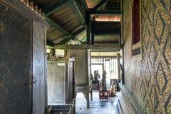 Decoração interior com laca preta dourada em paredes e em armários do scripture em scriptures budistas biblioteca, Yasothon, Tail imagem de stock royalty free