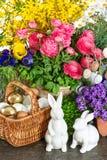 Decoração interior home da Páscoa com flores da mola Fotos de Stock