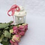 Decoração interior home: rosas cor-de-rosa secas e lâmpada leve Fotografia de Stock Royalty Free