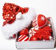 Decoração isolada, fundo branco para cumprimentos do cartão, projeto do Natal do brinquedo no macro da árvore, presentes sob Sant Imagens de Stock Royalty Free