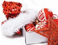 Decoração isolada, fundo branco para cumprimentos do cartão, projeto do Natal do brinquedo no macro da árvore, presentes sob Sant Imagens de Stock