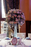 Decoração luxuosa do casamento com os vasos do flor e os de vidro e o número de Imagem de Stock Royalty Free