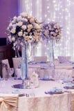 Decoração luxuosa do casamento com os vasos do flor e os de vidro e o número de Foto de Stock Royalty Free