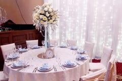 Decoração luxuosa do casamento com os vasos do flor e os de vidro e o número um Imagens de Stock Royalty Free