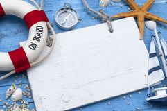 Decoração marítima com escudos, estrela do mar, navio de navigação, rede de pesca na madeira azul da tração fotos de stock