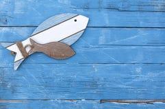 Decoração marítima com escudos, estrela do mar, navio de navigação, rede de pesca na madeira azul da tração fotos de stock royalty free
