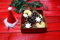 Decoração maravilhosa do Natal com as cookies deliciosas do Natal fotografia de stock