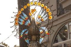Decoração na fonte sob a forma de um galo com colorido Fotos de Stock Royalty Free