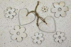 Decoração natural do amor com, papel feito à mão dos corações de madeira Imagem de Stock
