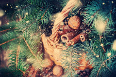 Decoração natural do Natal em uma cesta rural Neve tirada Fotos de Stock Royalty Free