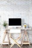 Decoração no escritório branco mínimo moderno com o computador na mesa imagem de stock royalty free