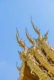 Decoração no telhado superior da igreja de Wat Rong Khun Foto de Stock