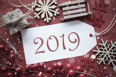 Decoração nostálgica vermelha do Natal, etiqueta com texto 2019 imagem de stock royalty free