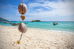 Decoração original do coco na praia tropical, fundo da natureza Fotos de Stock Royalty Free