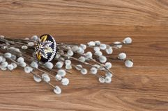 Decoração - ovo e palma da cor da Páscoa foto de stock
