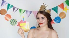Decoração para a celebração Partido Feliz aniversario A menina engraçada sorri e e mostra na placa - assim divertimento Retrato d vídeos de arquivo
