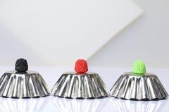 Decoração para cozer sob a forma das framboesas Cor diferente Vale em formulários invertidos do metal para o bolo de cozimento Em fotografia de stock