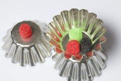 Decoração para cozer sob a forma das framboesas Cor diferente Vale em formulários invertidos do metal para o bolo de cozimento Em foto de stock
