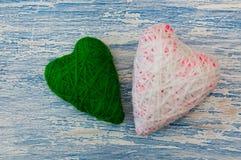 Decoração para o dia do Valentim santamente Dois corações feitos malha: branco e verde Foto de Stock Royalty Free