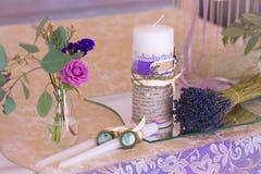 Decoração para a tabela do casamento na cor roxa Flores e candl Imagens de Stock Royalty Free