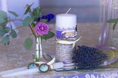 Decoração para a tabela do casamento na cor roxa Flores e candl Fotos de Stock Royalty Free