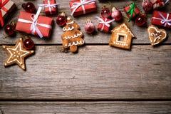 Decoração pelo Natal e o ano novo em um fundo de madeira Imagens de Stock
