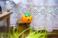 Decoração pequena da lanterna de Jack o no ajuste do país Foto de Stock