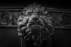Decoração principal do leão velho do metal Detalhe da arquitetura de porta do vintage Close up do botão da cara do leão Cabeça an fotografia de stock
