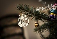 Decoração que pendura de uma árvore de abeto do Natal em uma sala de visitas, Nottingham da árvore do anjo, Reino Unido - em deze fotos de stock royalty free