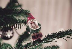 Decoração que pendura de uma árvore de abeto do Natal em uma sala de visitas, Nottingham da árvore de Santa, Reino Unido - em dez fotografia de stock royalty free