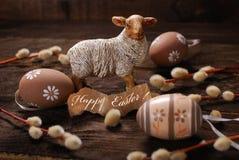 Decoração rústica da Páscoa com carneiros e ovos Imagens de Stock Royalty Free