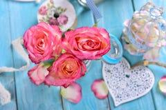 Decoração romântica da tabela com rosas cor-de-rosa e coração branco Imagens de Stock Royalty Free
