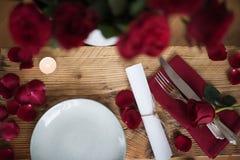 Decoração romântica da tabela para o dia de Valentim Fotos de Stock Royalty Free
