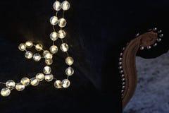 decoração romântica do Natal com bolas de prata e shinin claro Fotos de Stock