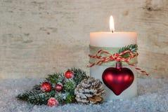 Decoração romântica do Natal com luz ardente festiva da vela Imagens de Stock Royalty Free