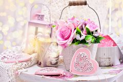 Decoração romântica no estilo chique gasto para o casamento ou o valentin Fotos de Stock