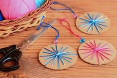 Decoração simples das bolas do Natal Bolas do Natal feitas da caixa de cartão velha e do fio de algodão colorido Decoração barata Imagens de Stock Royalty Free