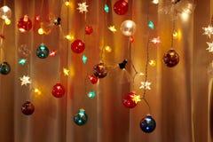 A decoração simples do feriado ilumina acima um canto imagens de stock royalty free