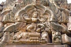 Decoração sobre a entrada de um templo antigo em Tailândia Foto de Stock Royalty Free