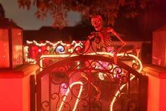 Decoração super de Dia das Bruxas na avenida de Alegria, serra Madre imagem de stock