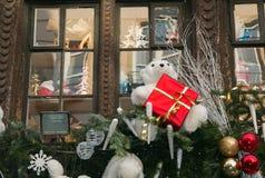 Decoração tradicional dos feriados de inverno em uma casa metade-suportada de Strasbourg Fotografia de Stock