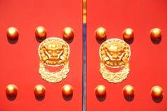 A decoração tradicional na porta chinesa do palácio Imagens de Stock