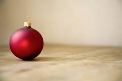Decoração vermelha da bola do Natal Fotos de Stock
