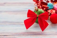 Decoração vermelha da fita e do Natal na tabela de madeira b do grunge velho Imagens de Stock Royalty Free