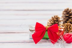 Decoração vermelha da fita e do Natal na tabela de madeira b do grunge velho Imagens de Stock