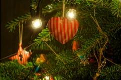 Decoração vermelha do coração da árvore do Xmas que pendura na árvore Foto de Stock Royalty Free